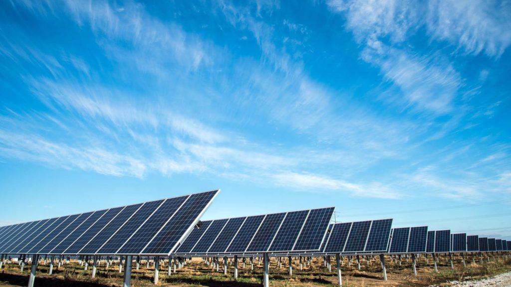 redenen om elektrisch te rijden groende stroom zonnepanelen